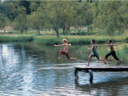 Enfants courant sur un ponton